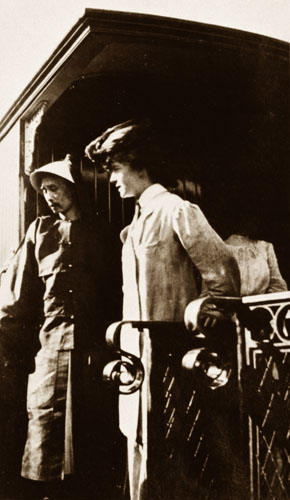 Miss_Alice_Roosevelt_on_Platform_of_Car_on_Road_to_Pekin