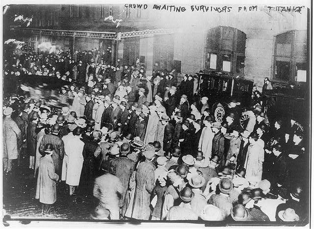Crowd_awaiting_survivors_from_the_Titanic_NYC